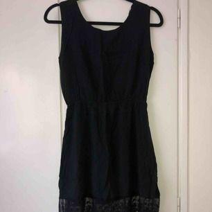 Svart klänning med djup rygg och spets från brandy Melville. Strl S, bra skick!