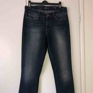 Levis jeans strl 26/30, slim fit i bra skick!