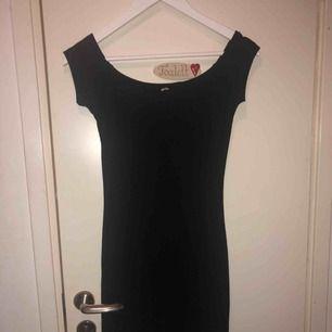 Off shoulder-klänning, sparsamt använd i fint skick. Köparen står för frakt, betalning via swish