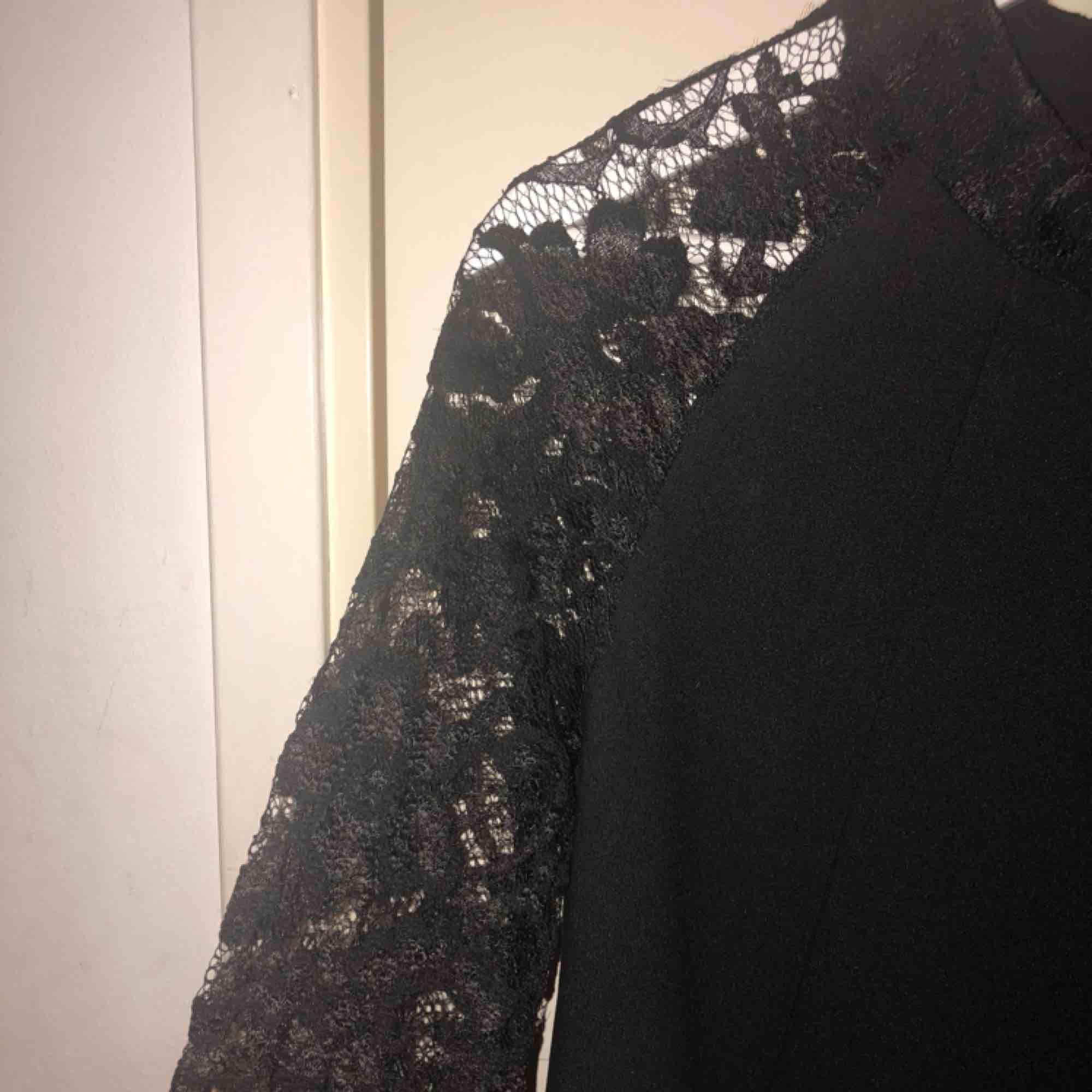 Klänning från märket Zack med spetsdetaljer, fint skick. Köparen står för frakt, betalning via swish. Klänningar.