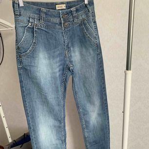 Jeans från Lindex. Fint skick. Storlek: 36 (stora i storleken) Pris: 1 kr  Köparen står för frakten