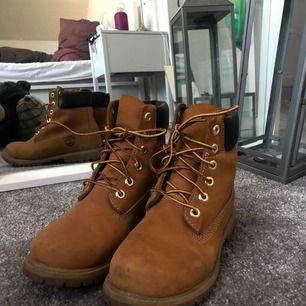 Köpt för cirka 4 år sedan. Älskade dem här skorna, så bekväma och ett par Timbs går aldrig ur stil! Köpta för ungefär 2000 kr i Timberlands butik i MOOD men säljer den nu för 400! 🤠