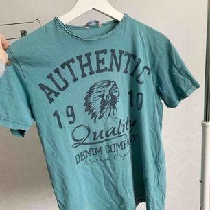 T-shirt från Lindex. Fint skick. Storlek: 158/164 (XS/S) Pris: 1 kr Köparen står för frakten