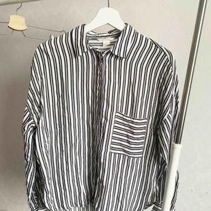 Blus från H&M. Oanvänd. Storlek: 32 Pris: 20 kr Köparen står för frakten.