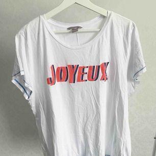 T-shirt från H&M. Fint skick. Storlek: 2XL Pris: 5 kr Köparen står för frakten