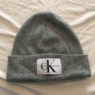 Äkta Calvin Klein mössa inhandlad för någon månad sen max använd 5 ggr Säljs då den inte andvänds superfint skick  Köparen står för frakt !
