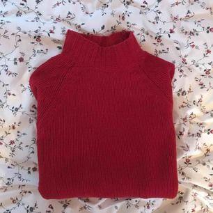 Röd stickad tröja med ståkrage. Jättemjuk och skön, knappt använd. Köparen står för frakt (30kr)
