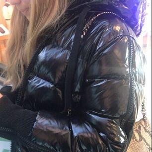 Säljer min fina, svarta, glansiga vinterjacka ifrån märket NORR. jackan är köpt tidigare i vinter och bara använd ett fåtal gånger.