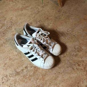Säljer nu mina Adidas Superstars pga jag aldrig använder dom längre. Dom är använda men i gott skick, går säkert att finputsa ännu mer + tvätta snörena för en mer ny look. Hämtas i Sköndals Centrum eller postas mot frakt.