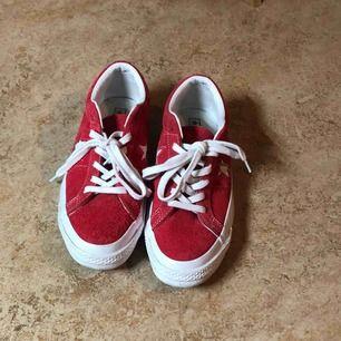 Super fräscha Converse ONE STAR. Säljer pga har likadana fast i andra färger och dessa använder jag minst. Använda 1-3 gånger så dom är i jätte bra skick. Nästan som nya. Kan hämtas upp, annars står köparen för frakten.