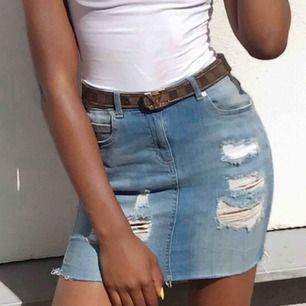 Jeans kjol ifrån bohoo endast använd 3gngr, säljer pga jag tycker den är lite kort för min smak. Fler bilder kan skickas om så önskas.