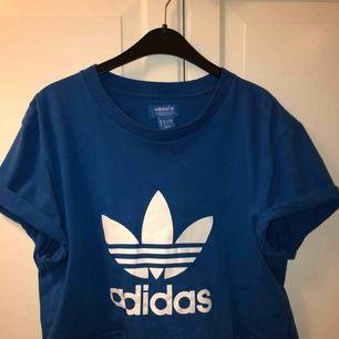 Tshirt från Adidas i skönt material!🎉🎊 Passar de flesta beroende på hur man vill att den ska sitta😝