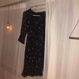 Jättefin klänning från & Other Stories, endast använd några gånger. Storlek 38 men passar mig som vanligtvis brukar ha storlek 34. Kan mötas upp i Stockholm eller skicka. Köparen står för frakt.