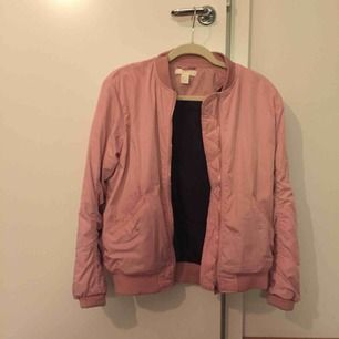 Jättesnygg nästintill oanvänd fodrad rosa bomberjacka från H&M. Storlek 34 men oversize (jag brukar ha 36 och den är inte tight eller liten på mig). Sååå fin till våren!