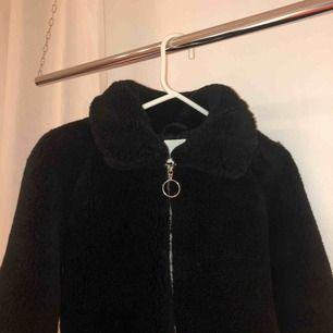Jacka från H&M, värmer bra och kan även spännas in och ut i midjan. Kan mötas upp i Stockholm eller så står köparen för frakt!