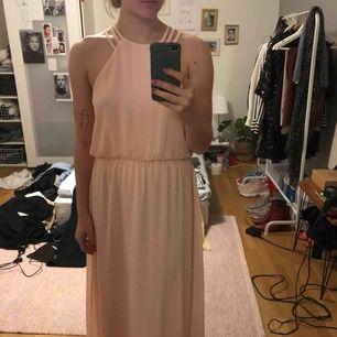 Jättefin balklänning från sisters point i storlek S köpt på woops, endast använd 1 gång så väldigt fint skick! Frakt ingår i priset🥰
