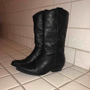 Jättefina boots i läder (köpta på Zalando). Använda i max 1 månad.