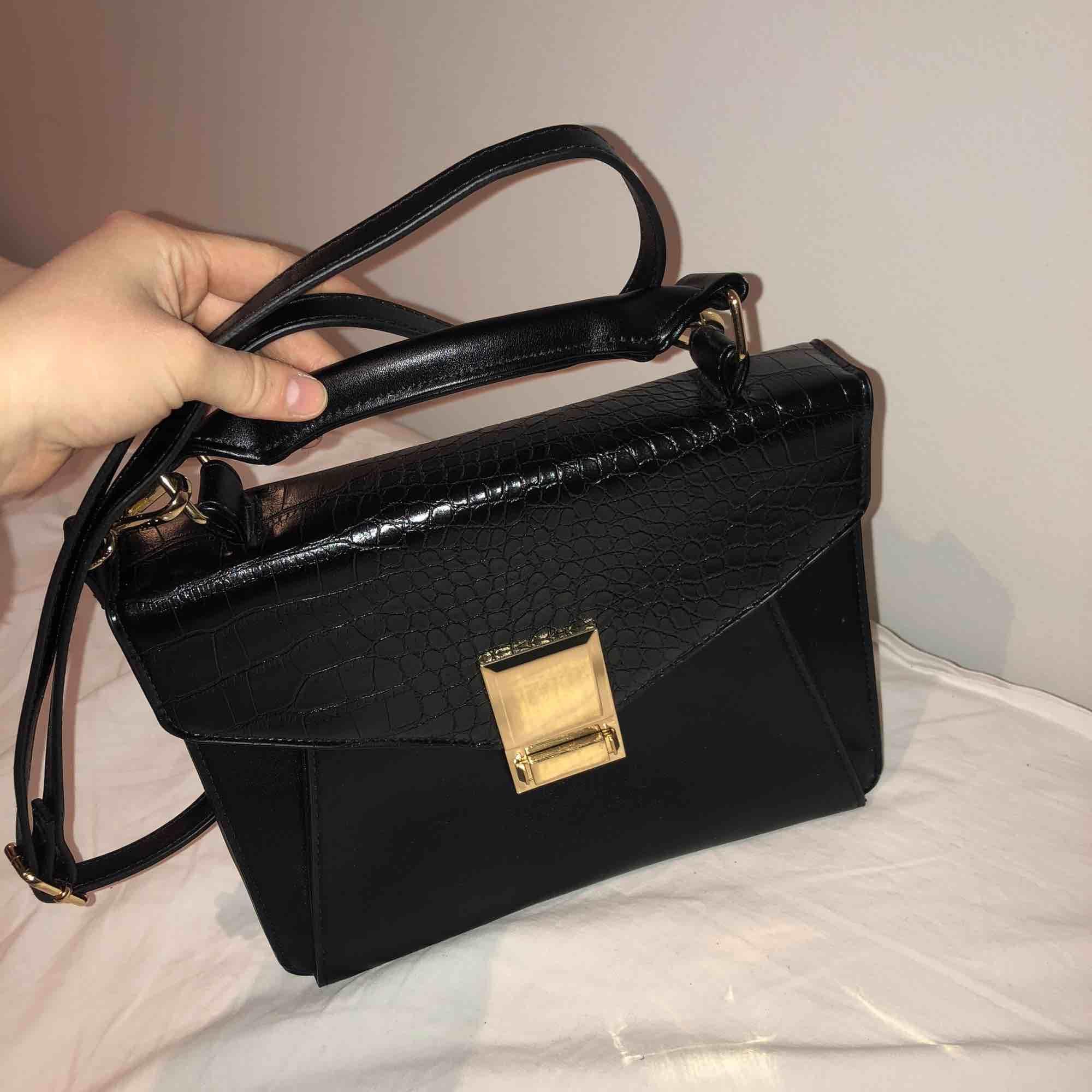 Väska från Asos, aldrig använd. . Väskor.