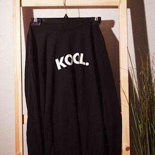 """Mysig svart långärmad tröja med motivet """"KOOL."""" på framsidan. Säljes pga används inte, men är i mycket bra skick!"""
