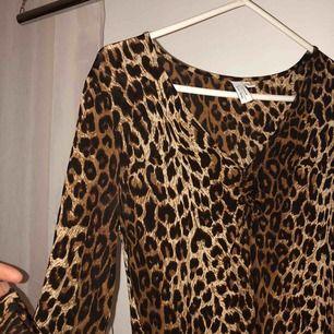Jättefin leopardklänning från & Other Stories. Fin passform.