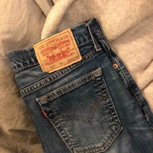 Ett par bootcut jeans från Levis, tycker inte modellen gör sig rättvis på bild men det är samma modell som de flesta bootcut jeans. Inga slitningar eller liknande och sitter snyggt på, tyvärr blivit för små för mig. Lågmidjade😊😊