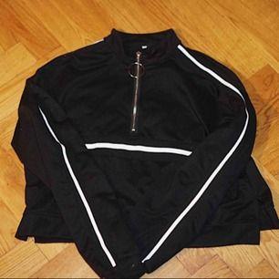 Svart (lite vit) tröja, långärmad med snygg dragkedja, använt tre gånger så den e iprincip nyskick!!