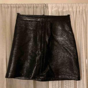Säljer min absoluta favorit kjol. Passar till allt, en svart tshirt och höga stövlar eller varför inte till en stickad tröja och guldsmycken. Skulle säga att den passar S och M, inga slitningar eller liknande😊😊