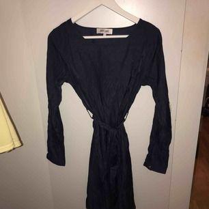 Mörkblå vardaglig klänning från DRY LAKE i storlek S! Säljer för: 80kr! Skriv för fler bilder! Kan frakta och mötas i Stockholm☺️