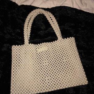 Säljer min jättefina väska med pärlor! Jätte fin till ex sommarn & stranden! Använd fåtal gånger Köpt på mango för 600kr
