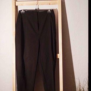 """Svarta """"loos-fit"""" byxor från weekday, ALDRIG ANVÄNDA och säljes pga lite för stora"""