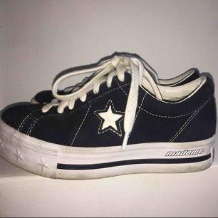 Ett par svarta Converse Mademe! Inte mycket använda så dem är i väldigt bra skick, ett par nya skosnören tillkommer också! Sulan är lätt att göra ren! Köpta för 1099kr, säljer för 800+frakt :)
