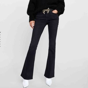 frakten inräknat i priset! Bootcut jeans från zara. Passar inte mig i storleken därav bilderna från Saras hemsida. Helt nya aldrig använda då de ej är i min storlek och nypris är 400kr. Medelhög midja. Frakt inräknat i priset