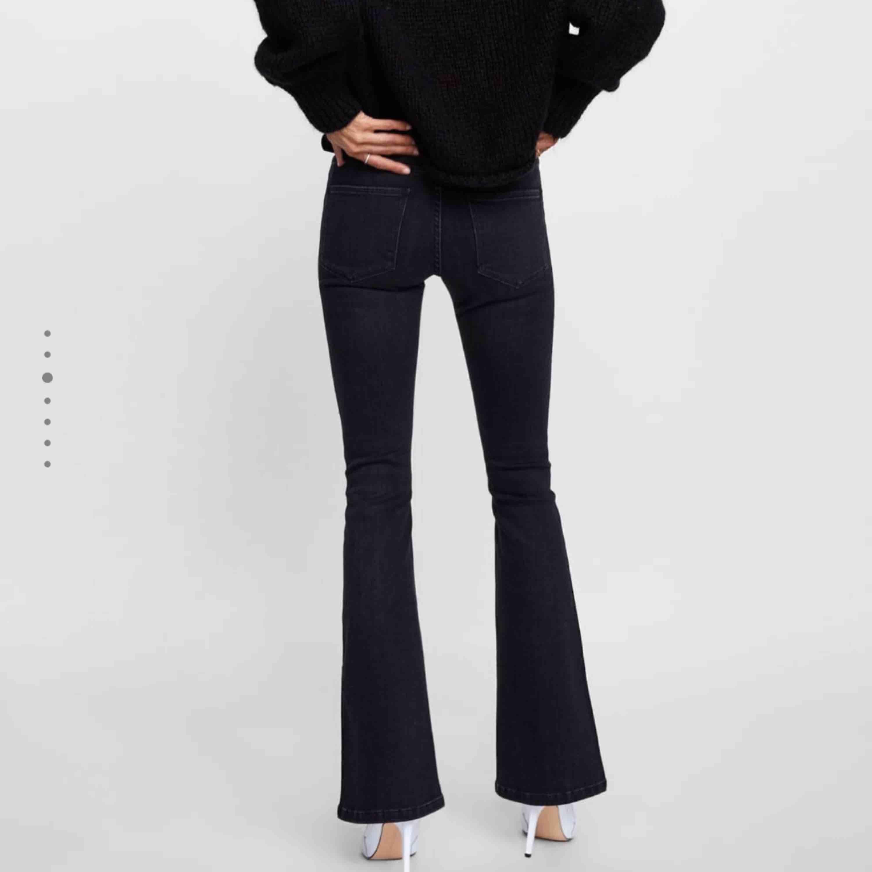 frakten inräknat i priset! Bootcut jeans från zara. Passar inte mig i storleken därav bilderna från Saras hemsida. Helt nya aldrig använda då de ej är i min storlek och nypris är 400kr. Medelhög midja. Frakt inräknat i priset . Jeans & Byxor.
