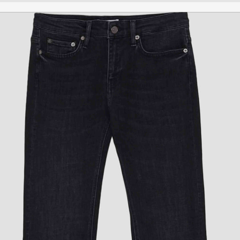 frakten inräknat i priset! Bootcut jeans från zara. Passar inte mig i storleken därav bilderna från Zaras hemsida. Helt nya aldrig använda då de ej är i min storlek och nypris är 400kr. Medelhög midja. . Jeans & Byxor.