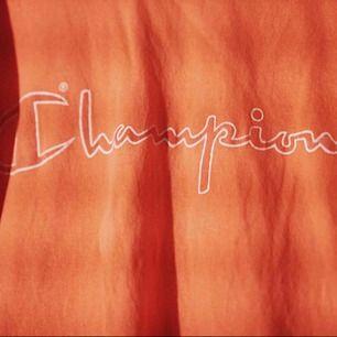 Röd/orange  Champion tshirt, sjukt snygg o skön, men används inte längre