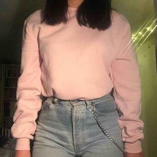 Mysig tjocktröja i storlek XS från herravdelningen H&M. Tröjan är lite mer rosa än på bild, den är i bra skick och väldigt mjuk på insidan så perfekt nu när det är kallt. Köparen står för frakt<3