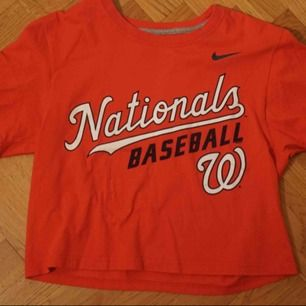 HELT OANVÄND Röd oversized Nike tshirt, används inte o säljes därför, mjukt material