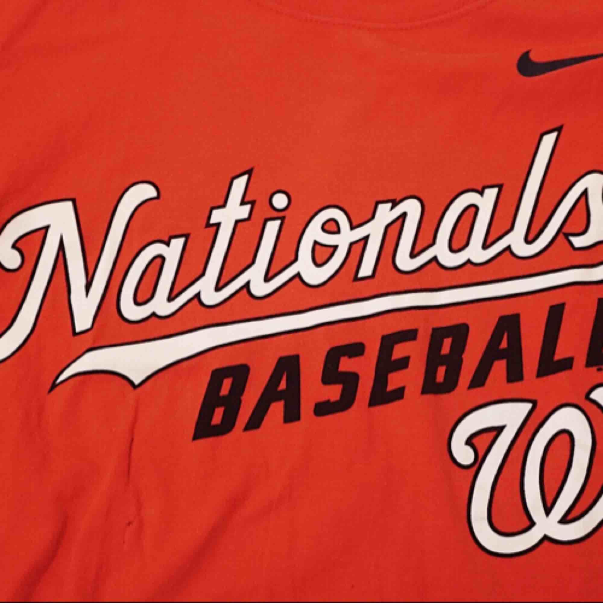 HELT OANVÄND Röd oversized Nike tshirt, används inte o säljes därför, mjukt material. T-shirts.