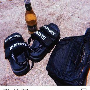 Svarta sköna sandaler med gummiband bakom hälen, använda ett par gånger på en resa men inte mer än så och därför säljes dem!