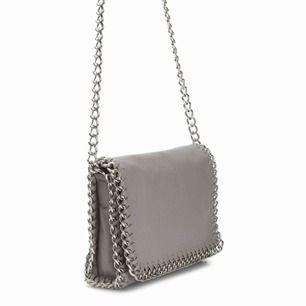 Säljer en ljusgrå väska från märket Tiamo som jag köpte på scorett. Fint skick, använd fåtal gånger. Original pris 500 kr. Frakt betalar köparen, vilket ligger på 60kr. Tar emot swish:-)