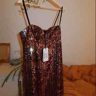 HELT NY! PRISLAPP KVAR!  Superrrr snygg festklänning från ZARA som tyvärrrr var för liten för mig! Jag har normalt 38-40 så denna är dom en liten M eller stor S skulle jag säga!   Köparen står för frakt! (Kan möjligtvis mötas upp i Stockholm!)