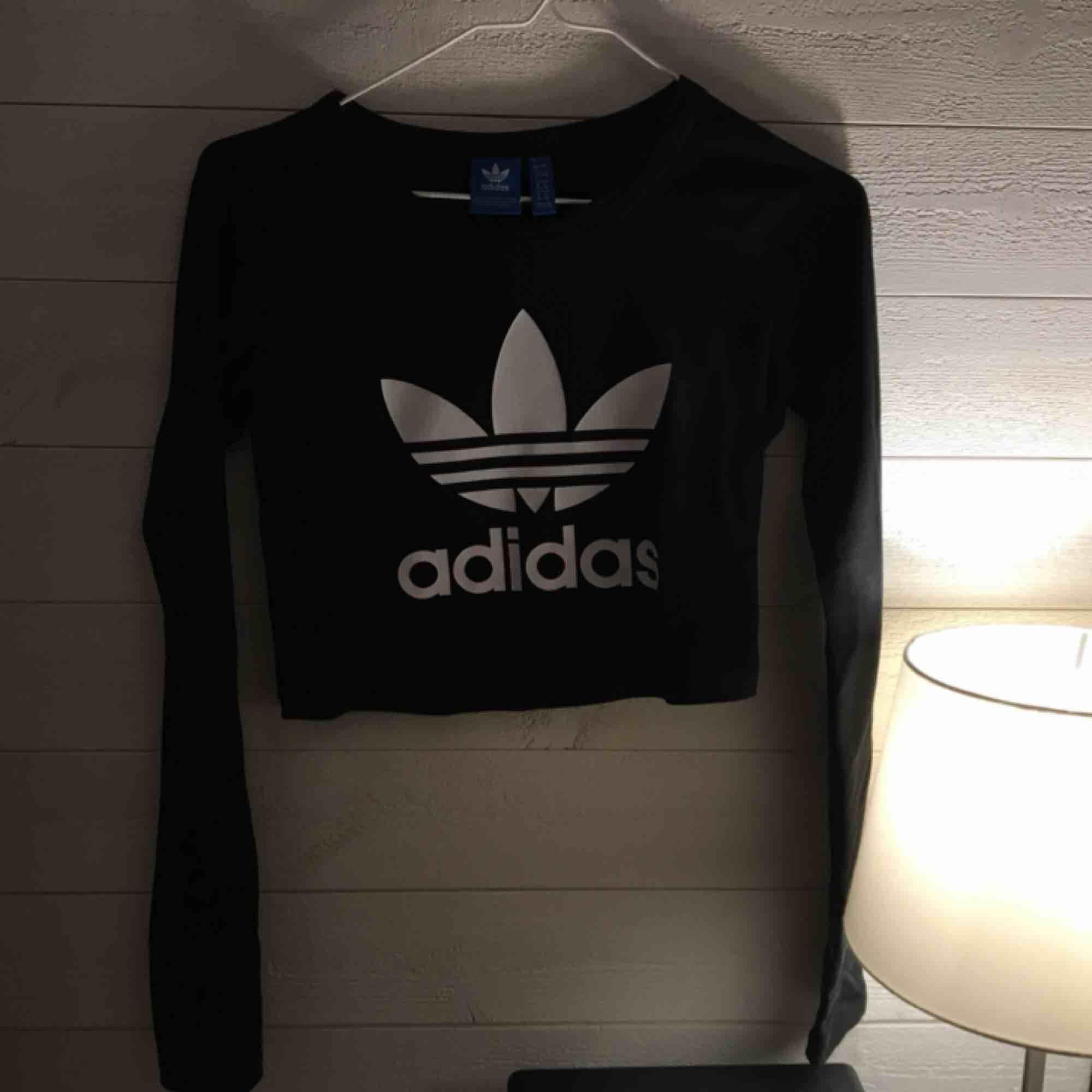 Säljer nu min cropped adidaströja som endast hänger i garderoben. Så i mycket bra skick, 200kr frakt tillkommer! . Toppar.