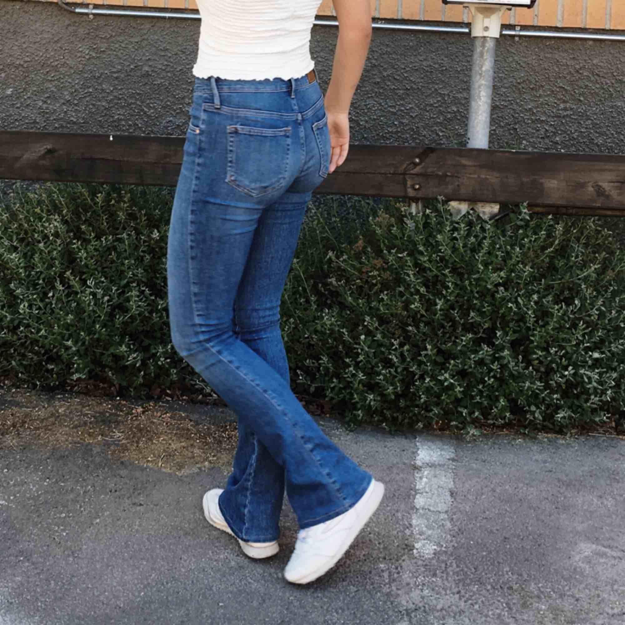 Sååå snygga bootcut jeans som tyvärr inte kommit till användning. Använda runt 3 gånger bara. Frakten tillkommer! Pris kan diskuteras. Passar mig bra i längden som är 173cm.. Jeans & Byxor.