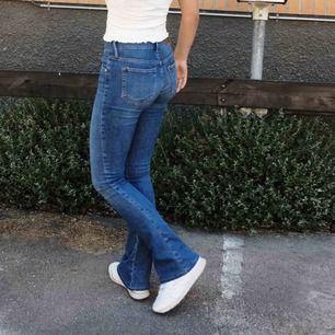 Sååå snygga bootcut jeans som tyvärr inte kommit till användning. Använda runt 3 gånger bara. Frakten tillkommer! Pris kan diskuteras. Passar mig bra i längden som är 173cm.
