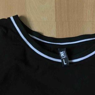 Kort t-shirt i storlek L köpt på Seppälä för något år sedan. Knappt använd så den är i bra skick 🦄 köparen betalar ev. frakt (30 kr)