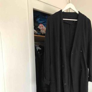 Jättefin lång kappa från Åhléns, liknande Filippa K kappa. Köpt för två år sen, litet hål på ryggen men går att laga. Har vanligtvis storlek 34-36 men denna passar med lite oversize känsla.