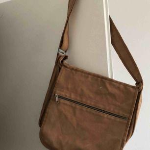 Supersnygg och praktisk väska från Marimekko. Lite sliten i tyget men syns endast på väldigt nära håll.