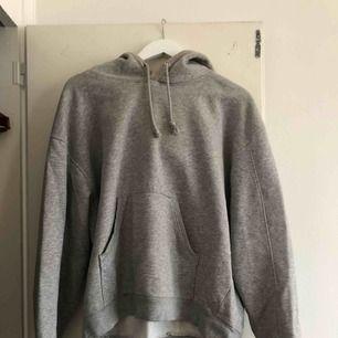 Grå hoodie från Weekday