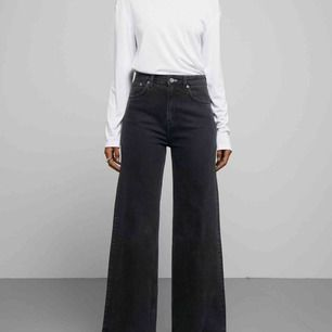 Jättepopulära Weekday Ace jeans i svart