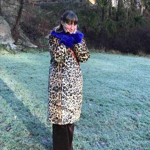 Supercool leopardmönstrad kappa med blåa muddar från JUST. Använd en gång som ni ser på bilden. Nypris 3000kr. Älskar den här kappan på alla sätt men behöver pengarna😭 ps. den blåa kragen går att ta på och sätta av med knappar.